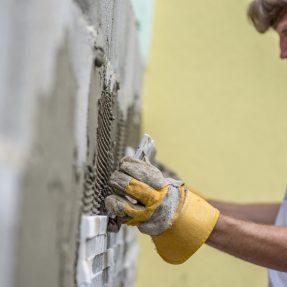 Comment poser un mur de parement ?