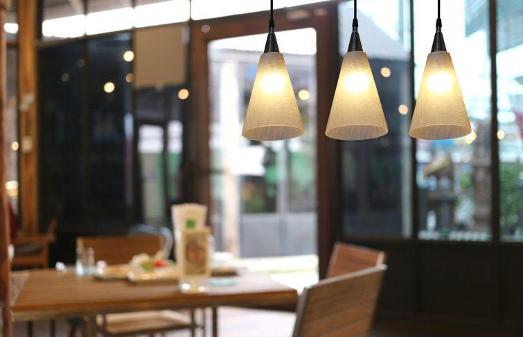 Faire appel à un électricien pour poser des lampes suspendues