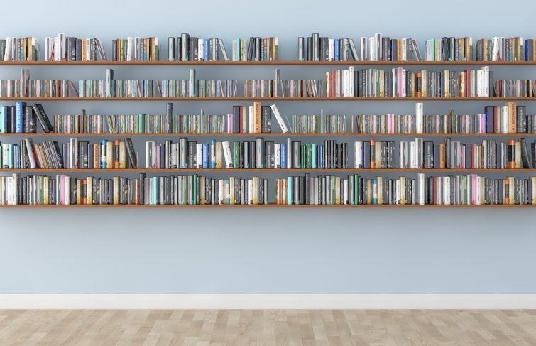 Poser des étagères pour créer une bibliothèque sur-mesure