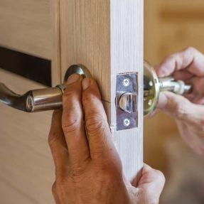 Comment remplacer une poignée de porte ?